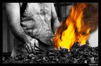 Herrero trabajando el acero