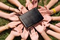 Ministerio de Jovenes - Manos y Biblias