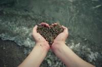 el amor de Dios manos y arena