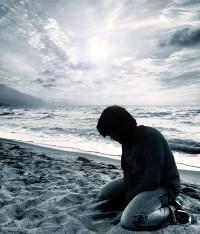 La Soledad - Joven solo de rodillas