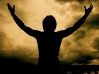 Hombre sombra manos levantadas