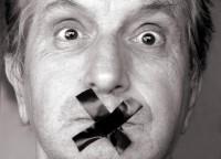 Hombre con la boca cerrada