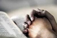 Manos con la Biblia