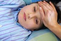 Niño enfermo en cama fiebre