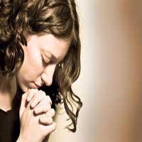 orando-oracion-mujer-manos