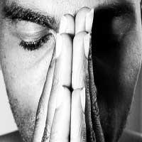hombre-orando-manos-juntas