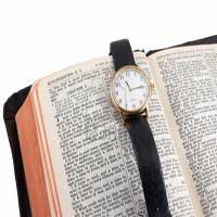 biblia-abierta-reloj
