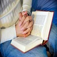 biblia-abierta-manos-orando