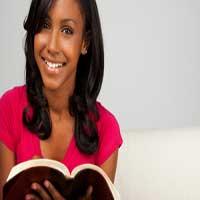 chica-con-biblia