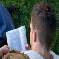 leyendo-la-biblia-joven
