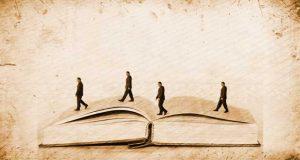 biblia-abierta-hombre-encima