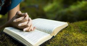 confianza-en-Dios-Biblia-manos