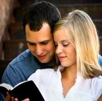 Jovenes estudiando la Biblia
