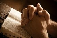 La Biblia y el Tiempo con Dios manos