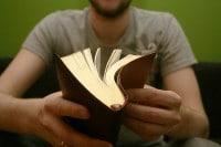 La biblia en la mano