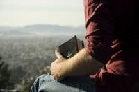 Hombre Biblia en la mano