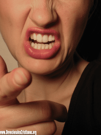 Mujer Criticando - Critica