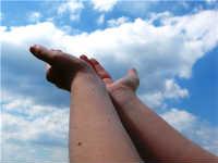 manos para el cielo recibiendo