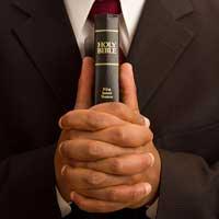 biblia-hombre-orando